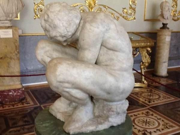米开朗基罗的雕塑品《蜷缩成一团的小男孩》