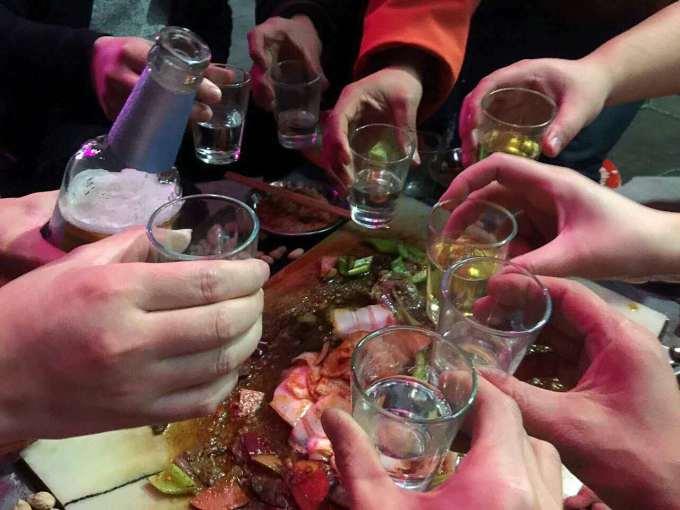 喝酒的气氛确实很好,大家都原着喝好不喝倒的原着,就这样在大家的碰杯