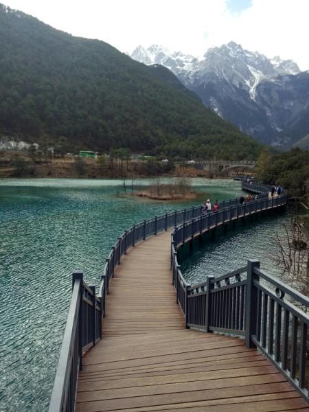 这里风景旖旎,蓝天,白云,绿水,雪山,大自然的一切元素仿佛都聚集在
