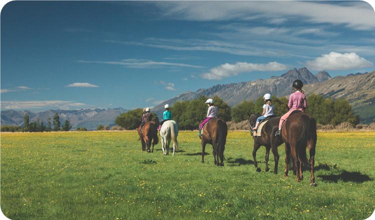 这一骑马活动适合第一次体验骑马的客人,以及5岁以上的儿童.