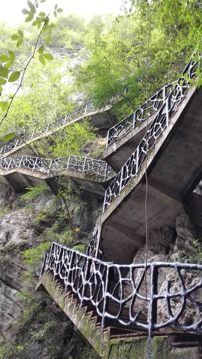 二、蒲花暗河 到达方式:步行(古镇入口右手边的桥就是去蒲花暗河的路,其实风雨桥可以直达蒲花园,然鹅,谁让我们碰到风雨桥不开,只得悲催的绕远走过去) 时长:绕远走到景区范围大概30分钟,但是如果从风雨桥过去能节约大半时间,而且,蒲花园还有接驳观光车,非常方便。 票价:现场60元/人,app大概50元/人,需提前一天预定,至于什么app,美团,去哪儿都有,就不多说了,自己对比价格吧。 游玩方式:蒲花暗河也在打造一系列游玩项目,我们去的时候水上乐园还在修。建议游玩方式是从蒲花酒店附近坐观光车到后山景区门口(工作