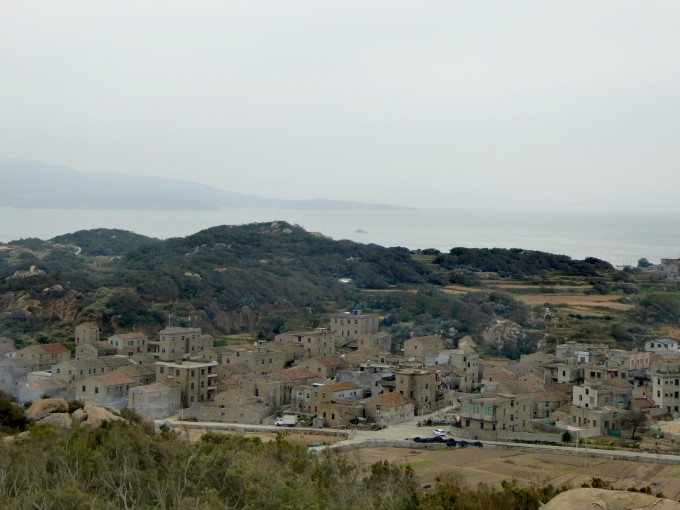 位于福建省平潭综合实验区敖东镇,从地图上看它处于平潭麒麟岛的后蹄.