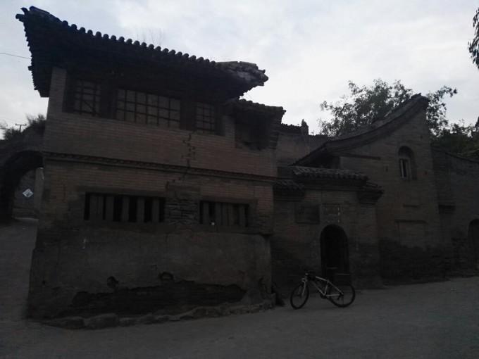 钱江摩托车囹�a_怀永图院落和阍舍院都在美食街里,也顺便逛了逛美食街.
