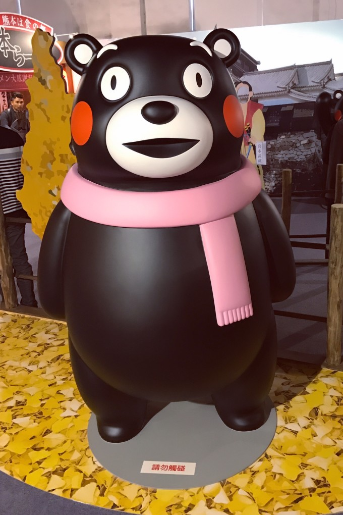 不同背景板的情境下摆放不同衣着的熊本熊,不能触摸,只可合影.