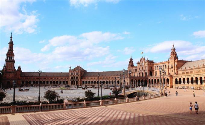 西班牙广场是摩尔复兴建筑风格的缩影,广场呈巨大的半圆形,建筑环绕
