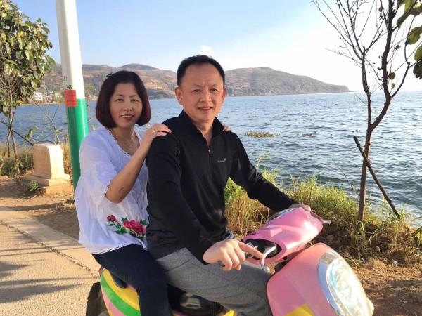 一家人牵手海边风景图片