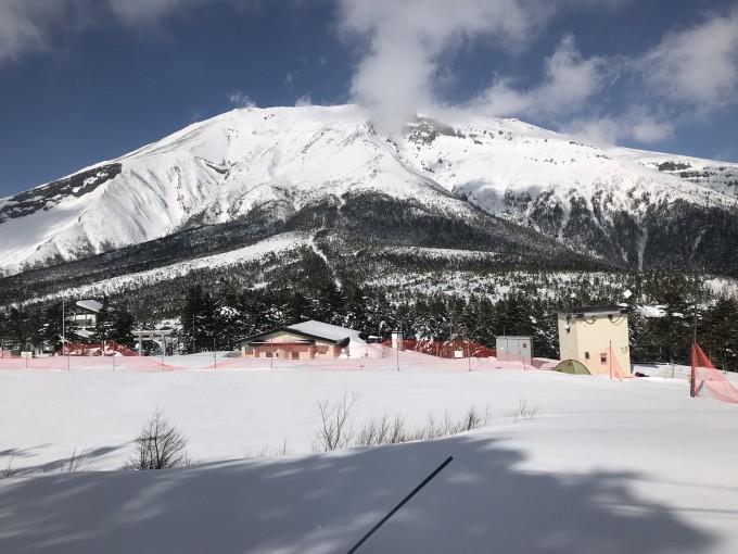 工作之便,滑了其中幾個主要雪場,走馬觀花,窺見一斑。現在寫出來,與大家分享。 岐阜幾個大滑雪場集中在郡上市,特別是高鷲町。這里得天獨厚,雪好,地形也好。 2018/01/13(周六)雪 高鷲十(DYNALAND) 這是兩個滑雪場呈入字形,上部聯在一起。 高鷲就是入字上面那一捺,有五條纜車12條雪道,這個數據不突出。但長雪道多,雪道總長20多公里,雪道總面積約一平方公里。這個數據趕上了白馬的五竜四七。 DYNALAND就是下面這一撇,有五條纜車20條雪道,雪道總長也是20多公里。 兩個雪場的雪道總長達45公