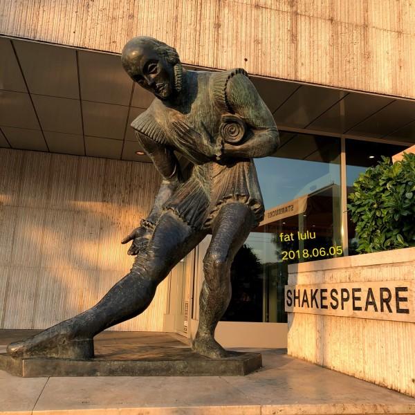 门口有一座莎士比亚的雕像.