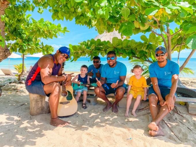 斐济当地人与游客