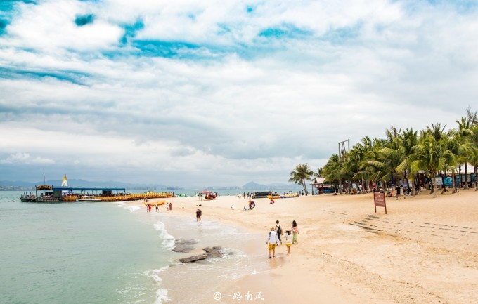 这里有清澈的海水和青翠的热带植物,是个玩乐和拍照的好地方.
