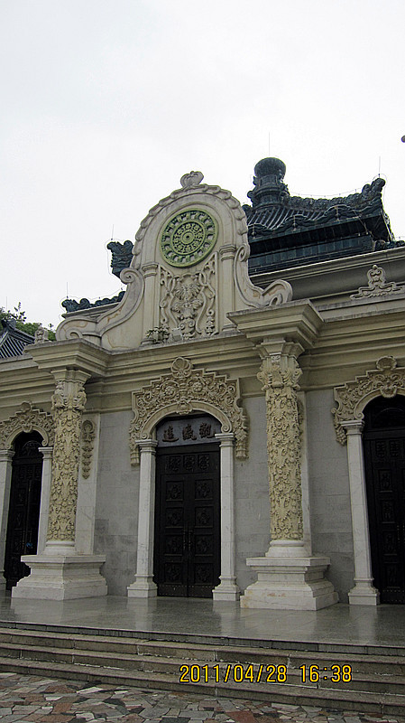 建筑主体由汉白玉石构成雕刻有精美绚丽的花纹屋顶上覆盖着五色琉璃瓦