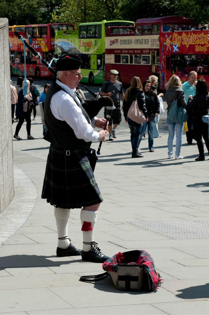 爱丁堡王子大街的苏格兰风笛手