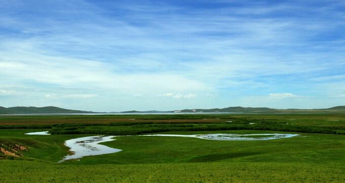 乌拉盖草原是世界上保存最完好的天然草原,境内有原始草原,湖泊,湿.