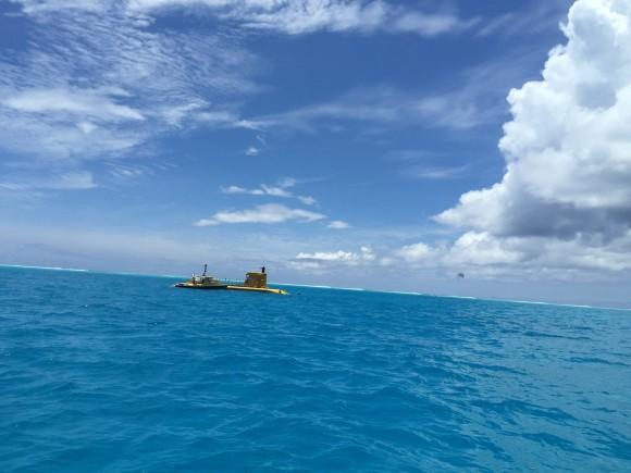 """""""美人鱼""""据说是世界上极少有的动用真潜水艇的探险之旅。从专用码头乘船到达潜艇停泊的地方,老远你就能看见停在海中间的黄色潜艇。然后从仅容一人通过的舱口扶梯鱼贯而下,来到宽敞艇舱中,在靠着舷窗的两排座位各自寻找座位坐下。每人面前都有一个窗口,潜艇将采用循环线路,这样两边的游客都不会错过风景。据说这个潜艇是世界上位于首位的观光潜水艇,最多可以下沉到海底25米深。在15米左右的时候,就可以看到珊瑚和热带鱼了。除了看到各种美丽的鱼群与海底森林之外,同时可以看到的还有二战时被击沉的战舰、战机残"""