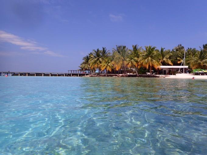 ,约有300多个岛屿,其中对外开放的岛屿约有100个,属于一岛一酒店的形式。因此,就涉及到岛屿的选择。 一般而言,选择岛屿主要由岛屿的星级、浮潜等级、预算、沙滩要求、上岛方式、餐饮标准决定。 其中所谓的浮潜等级由于没有权威的划分所以网址之间有所差异是正常的,如果你打算深潜,那么其实就算你去的地方浮潜等级再差都能拍到好看的照片,反之如果你想就近在水屋附近浮潜就要好好考虑这件事情了。 沙滩就是一个有没有拖尾沙滩,顺带提一下从1W/人-2W/人标准的想有拖尾沙滩和浮潜等级A,有水屋并且沙屋水屋都带泳池的就目前而