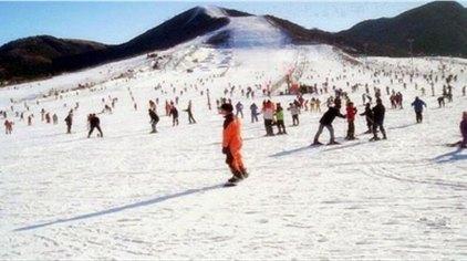 郑州桃花峪滑雪场位于黄河中下游分界线的桃花峪风景区内,是距离郑州