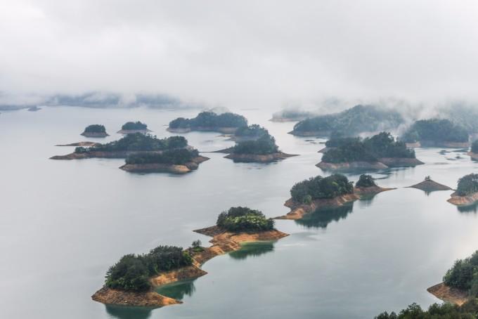 雨后云雾缭绕,空气清新,更添千岛湖之美.