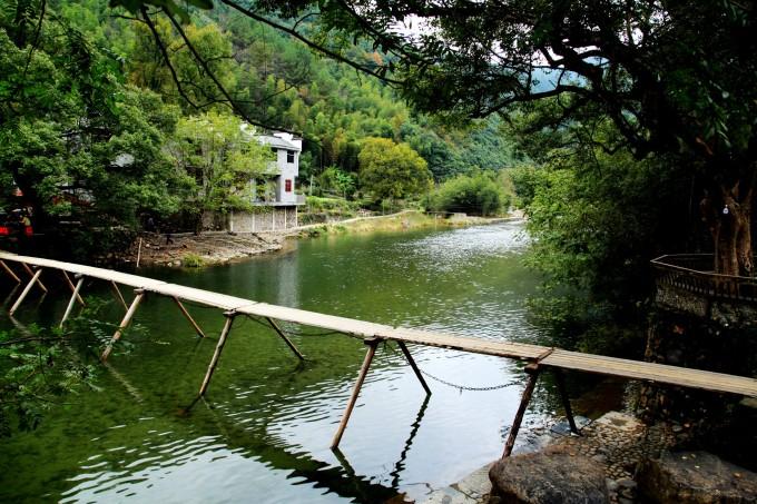 田间水渠风景图片