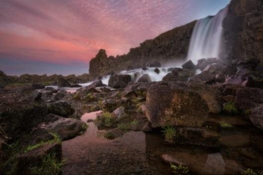 此项短途旅游将带你环游黄金环线,游览冰岛三大著名景观:Gullfoss瀑布,Geysir 地热温泉区域和Tingvellir国家公园,然后去到Fontana天然蒸气浴场。 这个天然的温泉浴场始建于1920年,当时还只是一个建在地下汩汩流淌和冒着气泡的温泉之上,带着隔间的小棚。今天,在原地已经建起了一个现代化的大型综合温泉设施体,欢迎你前来体验多种多样的沐浴设施、浴缸及冰岛温泉带来的纯天然蒸气浴。回到雷克雅未克之前,你还将享用由天然温泉慢热烘焙而成的冰岛特色黑麦面包。