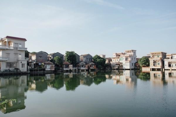 王老吉故居位于鹤山市古劳镇上升村,是一间普通的清朝居所,前有小池塘